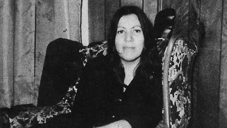 Annie Mae Aquash  Assassinée pour ses convictions politiques, l'activiste micmaque Annie Mae Aquash nous a légué un héritage spirituel qui refuse de s'éteindre. http://canadashistory.ca/Magazine/Dernieres-parutions/Articles/Annie-Mae-Aquash   2