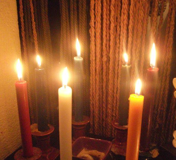 Siete son las diosas principales Celtas, nominarlas por medio de su vela para  que te ayuden en todo Velas encendidas antes de que el año termine y dejándolas arder hasta que haya comenzado el año nuevo Blanca para Ariadna la diosa del Hogar Roja para Morrigan la Diosa de la Salud Violeta para Aine la Diosa delas ideas Azul para Navia la Diosa de la prosperidad Verde para Deva la Diosa del Amor Marrón para Epona la Diosa que nos aparta de lo malo Amarilla o naranja para Dana la Diosa del…