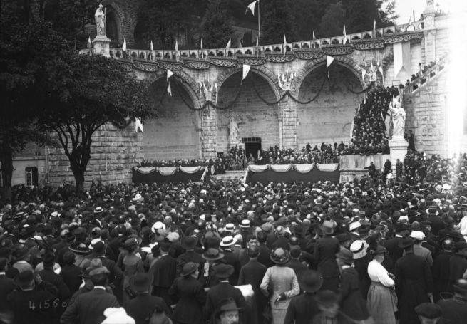 (26-07-1914), congrès de Lourdes, église du Rosaire (discours d'un orateur sur une estrade au pied de la basilique du Rosaire) | Photographie de presse : Agence Rol