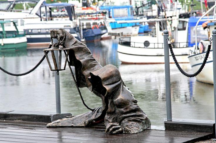 Черный призрак, Клайпеда, Литва. 2,4-метровая статуя черного призрака, который поселился  в Клайпеде, портовом городе в Литве. Легенда гласит, что в 1595 году Черный Призрак спас город от голода, предупреждая людей о потребности экономить продукты питания. Теперь эта статуя - символ удачи и богатства.