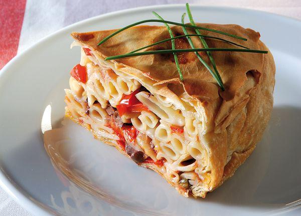 Η τούρτα με ζυμαρικά ή αλλιώς μακαρονόπιτα, είναι ένας διαφορετικός και πιο εντυπωσιακός τρόπος για να σερβίρετε ένα πιάτο ζυμαρικών. Εδώ οι πέννες κάνουν καλή συντροφιά με πολύχρωμα λαχανικά και ελιές για ακόμη πιο γευστικό αποτέλεσμα. #μακαρονόπιτα