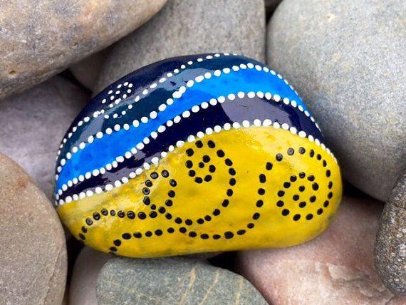 Brisa del mar. Brisa del mar. Arena y mar. Día en la playa.  Roca pintada (piedra de mar) de Cape Cod.  Una piedra más bella, lisa desgastada con el tiempo se cayó en el mar. Se siente maravilloso cuando lleva a cabo.  Los colores de esta piedra de mar son indigo, verde azulado, azul cerúleo, amarillo mostaza y blanco en capas de tintas resistentes al agua esmalte sobre pintura.  Ven ahora... suavemente, extender su mano... Coloque en su palma... ahhh... sí... ahora que es mejor...  Esta…