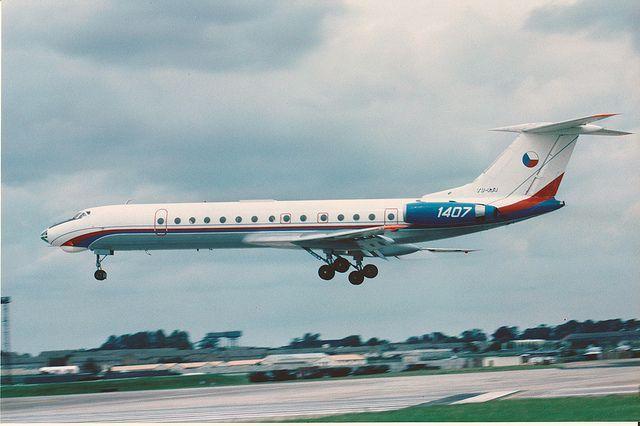 """Fuerza Aérea Checoslovaca Tuploev TU-134 """"crujiente"""" de 1 div transporte, a punto de toma de contacto RIAT Fairford julio 1991 .:"""