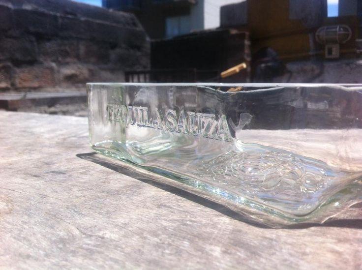 Botella cortada a lo largo del tequila Sauza. Producto de usos multiples como ser terrario para sucu