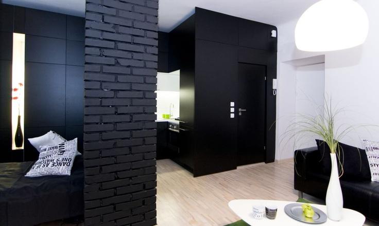 Czarna ściana nie jest z pewnością pierwszą barwą jaka przychodzi nam do głowy, kiedy planujemy zmienić kolorystykę naszego mieszkania. Radzimy, jak ładnie zaaranżować czerń we wnętrzach.