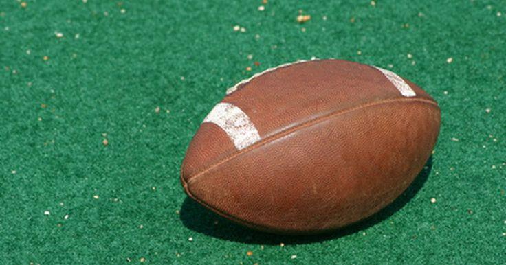 Cómo hacer que los guantes de fútbol queden pegajosos. El el fútbol americano, sostener la pelota es una de las tareas más importantes del juego. Llevar guantes en el juego puede ayudar a mejorar la habilidad de tomar la pelota. Sin embargo, los guantes pueden ser un impedimento. Muchos guantes de fútbol están diseñados para ser ligeramente pegajosos para ayudar a sostener la pelota, especialmente los ...
