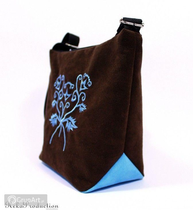 Torebka wyszywana ::beata:: Torebka uszyta z zamszu alkantara w dwóch kontrastowych kolorach, odpowiednio usztywniona, nawet pusta trzyma fason; z przodu ozdobiona pięknym haftem maszynowym; zapinana na zamek, w środku bawełniana podszewka, ucho regulowane z taśmy o szerokości 2cm #torebka #handmade #grupart  Inne torebki dostępne na: http://www.grupart.pl/torebki-142.html