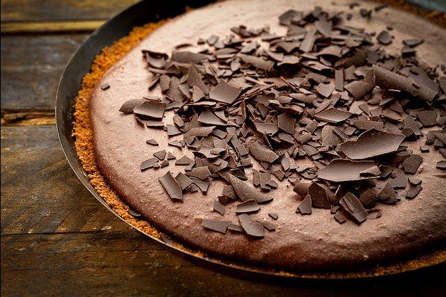 Deze bizar lekkere taart, uit het kookboek van Pascale Naessens, lazen we op de fijne blog van An. Het is herfst, dus tijd voor een goddelijke chocoladetaart met speculoos! Verkruimel de koekjes tot ze heel erg fijn zijn (met bijvoorbeeld een keukenmachine of vijzel). Giet er de gesmolten boter erover en meng goed. Neem een mooie schaal …