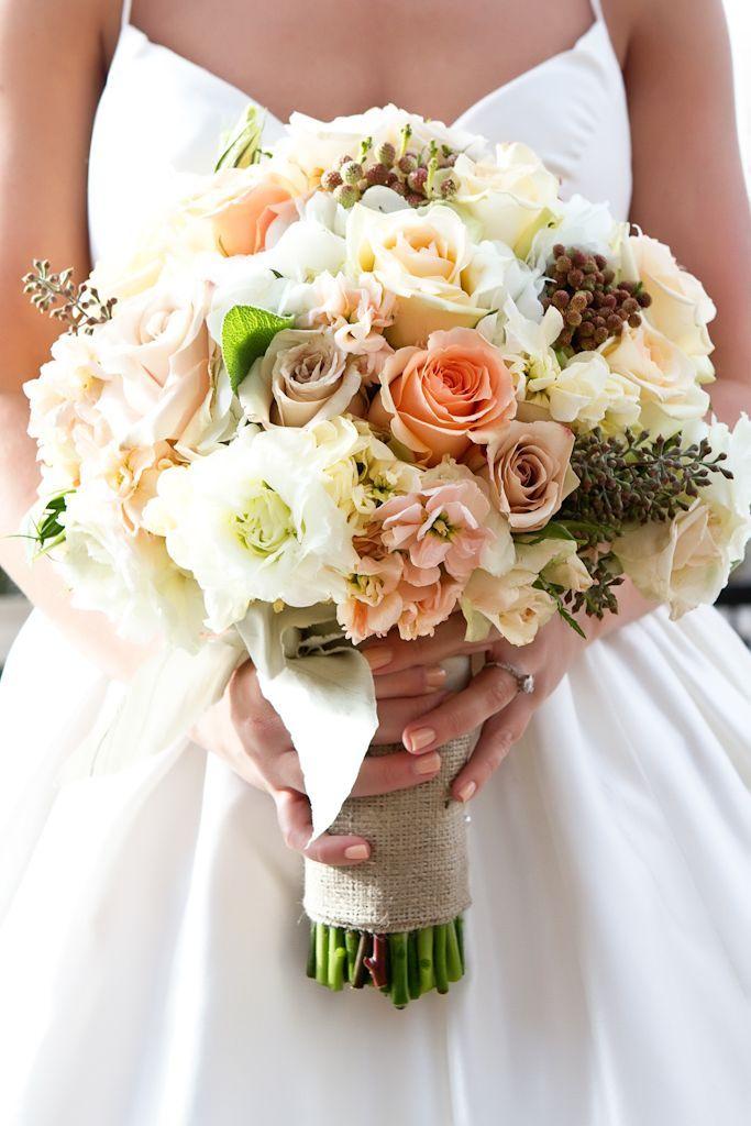 biedermeier bruidsboeket, rozenivoor en perzik kleuren.