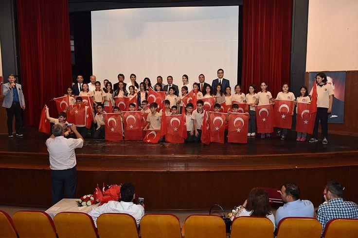 Adana Büyükşehir Belediyesi, daha temiz ve yaşanabilir bir kent için 'Adana Evimiz Gibi Tertemiz' sloganıyla yürüttüğü bilinçlendirme kampanyasında en çok atık yağ ve atık pil toplayan okulları ve öğrencileri ödüllendirdi. 30 okulun katıldığı, toplamda 726 litre atık yağ ve 415 kilogram atık pilin toplandığı kampanyanın ödül töreninde anaokulu öğrencileri, çeşitli atıklar kullanarak tasarladıkları giysileri defilede …
