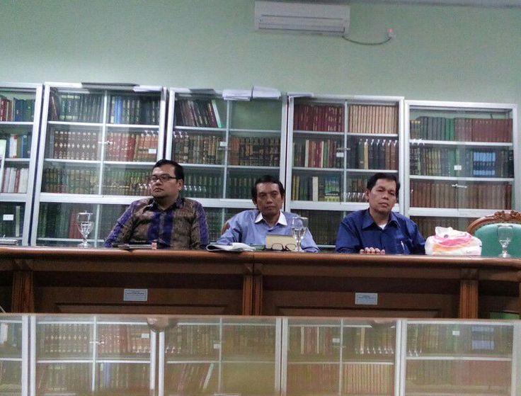 """KIBLAT.NET, Jakarta – Autopsi kembali terhadap jenazah korban Densus 88 Siyono terkendala berbagai hal. Salah satunya sikapLurah Pogung yang sepakat menolak diadakannya autopsi. Menyikapi hal ini, pihak MUI mengatakan bahwa larangan tersebut sama saja dengan pelanggaranHAM. """"Yang melarang diadakannya autopsi berarti melanggar HAM, karena ini sudah seharusnya dilakukan,"""" ujar Wasekjen MUI Amir Syah Tambunan kepada …"""
