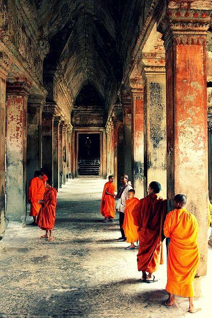 Monnikjes op bezoek in Angkor Wat. Kijk voor meer reisinspiratie op www.nativetravel.nl