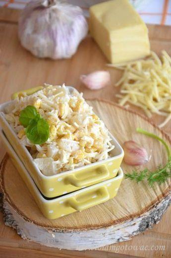 Prosta i pyszna czosnkowa sałatka z ananasem i serem żółtym - znika równie szybko jak się ją robi