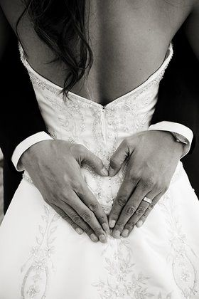i will love to tell groom to change that hand to love sign   Wedding Photography | Lovely pose #wedding #photography #inspiration