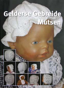Er is een prachtig boek uit, getiteld Gelderse Gebreide Mutsen. Anke vertelt er meer over: 'Al jaren zijn wij intensief bezig met het onder de aandacht brengen/houden van de Achterhoekse klederdracht. Oma Grevers was de laatste mutsenmaaktster (van de kantenmutsen cq knipmuts in Winterswijk). Wij (moeder Henny en dochters Anke en Connie) hebben dit overgenomen van haar. #Gelderland #Achterhoek