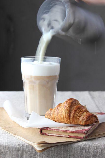 Schnelles Alltagsfrühstück. Croissant und Milchkaffee.