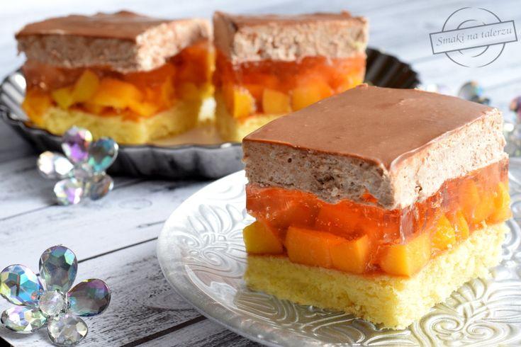 Wiecie pewnie, że określenie delicja oznacza jakiś smakołyk, specjał. Abstrahując od znanych ciasteczek, nazwa tego ciasta jest według mnie jak najbardziej zasadna. Ciasto jest przewspaniałe. Zarówno całościowo jak i każda z warstw z osoba smakuje bajecznie. Delikatny biszkopt, brzoskwinie zatopion