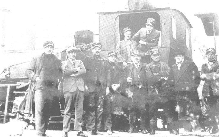 """Il personale della ex Ferrovia """"Verona - Bardolino"""" in posa in  una fotografia nei primi anni del 1900 -"""