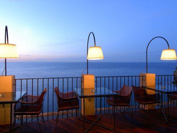 Auf der Terrasse der zur italienischen Adria hin offenen Höhle genießen die Gäste des Grotta Palazzese einen faszinierenden Blick auf das Meer.