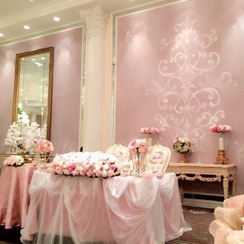 高砂✨ Wedding report 22 入場して初めて装花が見れたぁ❣ 大人可愛いが理想イメージだったのに、ただただ可愛いになっちゃったでもローズたくさんで嬉しい グリーンたくさんのナチュラルが流行ってますが、私は古風に緑を見せずにお花たくさんがいいですと希望❁❁ そしてドレスもピンクだからと会場の方にも反対されたけど押し切ってクロスもPinkで ピンクだらけ #wedding#weddingtbt#披露宴#卒花#ピンク#ローズ#高砂#チュール高砂#会場装飾#会場装花#アートグレイスウェディングヒルズ#チェアサイン#ピンクウェディング#当日レポ