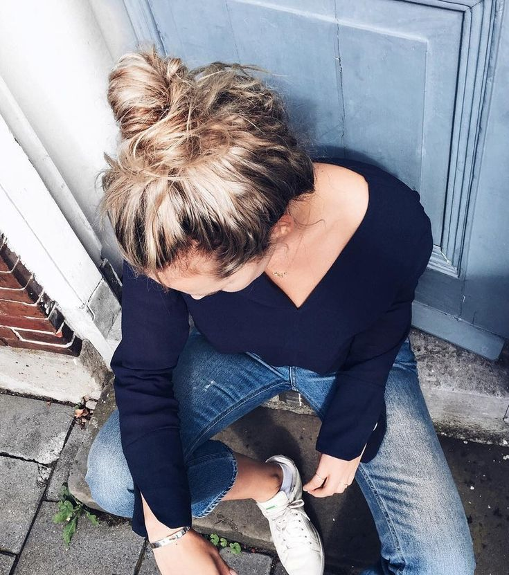 Chignon haut coiffé/décoiffé + pull grand col V = le bon mix (instagram Anouk Yve)
