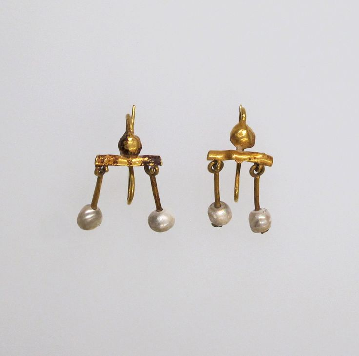 Gold and pearl earring Period: Early Imperial Date: 1st century A.D. Culture: Roman Medium: Gold, pearl Dimensions: H.: 1 1/8 in. (2.9 cm)