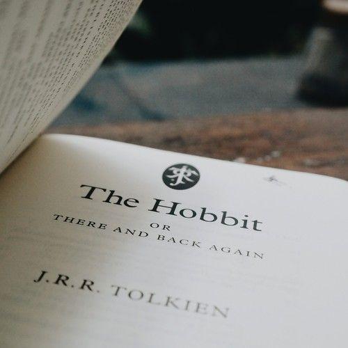~RESEÑA: EL HOBBIT [...] Y poco tiempo después de eso, Bilbo se embarca en una aventura arriesgada y peligrosa, acompañado de un grupo de Enanos muy peculiares, y con nombres tan variados como sus propias personalidades.