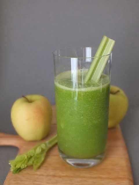 Succo di sedano e mela - 4 gambe di sedano senza foglie 2 mele Lavate il sedano e tagliatelo a pezzi. Tagliate a pezzi le mele (se non sono bio togliete la buccia) Mettete tutto nella centrifuga o nell'estrattore e bevete subito.