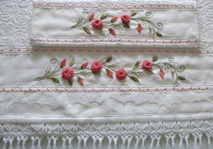 Jogo de toalhas banho/rosto brancas, de excelente qualidade, bordadas em voal e acabamento com macramê. <br> <br>Frete por conta do cliente.