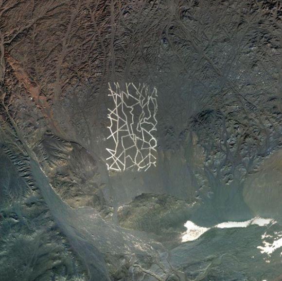 Diep verborgen in de Chinese Kumtag woestijn zijn vreemde structuren te vinden. Het betreft een bizar netwerk van 'metalen strepen'. Niet ver van de site zijn landingsbanen terug te vinden, alsook vreemde plaatsen om een vliegtuig te stationeren.