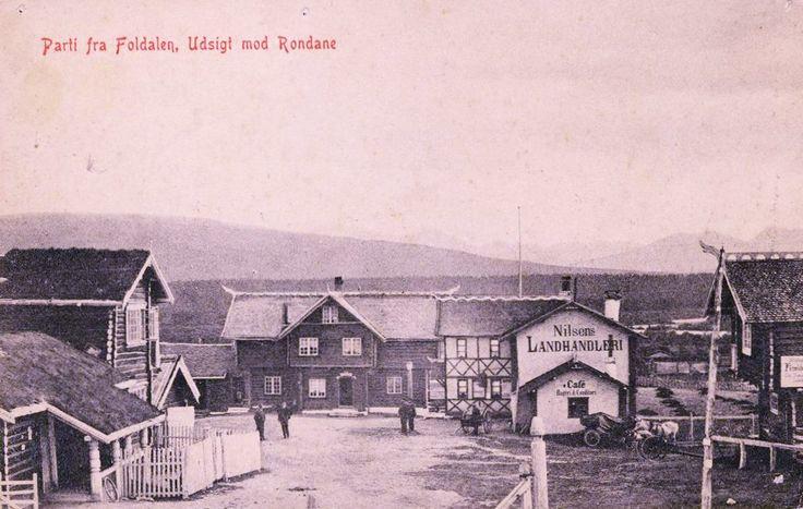 Folldal Hedmark fylke (Foldaen) utsikt mot Rondane Nilsens landhandleri og Cafe folk på tunet stp 1910 Foto: Kristiania papirindustri