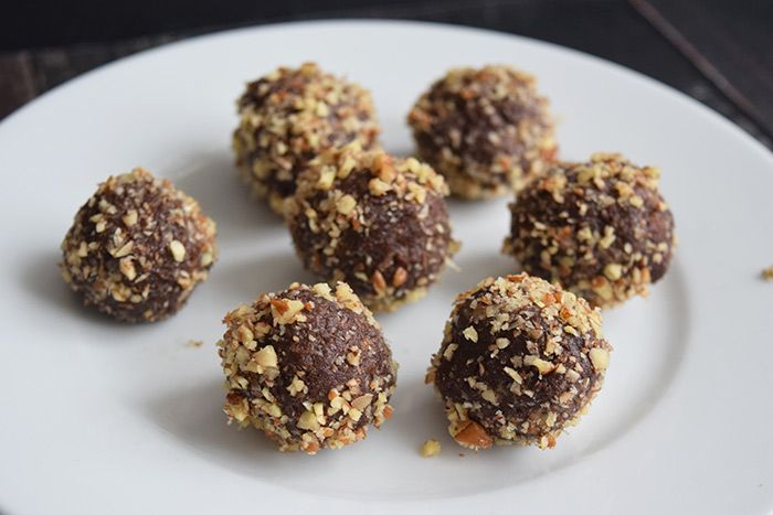 Low FODMAP Ferrero Rocher energy balls made with healthy Nutella. Contains a lot of nuts, little sugar and gives you energy! Gluten-free, dairy-free, vegan.