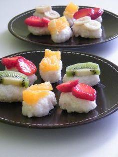 """Recette de Risotto sucré façon sushi :  INGRÉDIENTS (6 PERSONNES)  Des fraises (8 environ) 1 orange 1 kiwi Et autre en fonction de vos envie (actuellement avec les cerises c""""est aussi très bon) 1/2 mangue 1 banane un peu ferme 50 cl de lait de coco 125g de sucre en poudre 1 c à c de sel 200g de riz à risotto"""