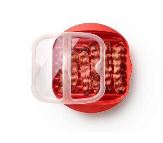Naczynie do pieczenia boczku marki Lekue pozwala na uzyskanie chrupiącego boczku w zaledwie 3-4 minuty. Boczek będzie chrupiący, ale nie za suchy. Można go dodawać do jajek, sałatki lub podawać w formie chipsów.