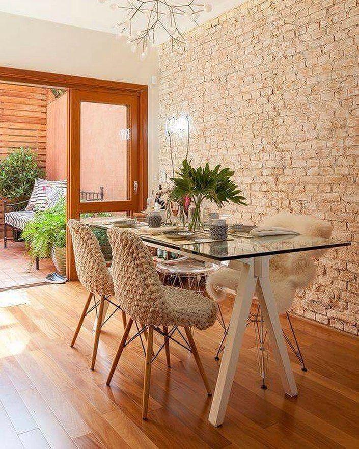 Mesa com tampo de vidro cadeiras Eames e Eiffel e um lustre diferente deixam o…