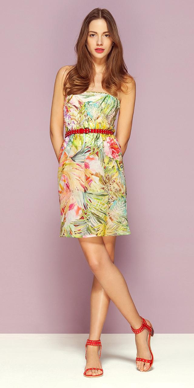 Платье без бретелек из хлопкового муслина с рисунком «Амазонка» (3 549 руб). Образ дополняют красные сандалии с ремешками на щиколотках (1 999 руб) и ремень с кнопками (899 руб). Стоимость комплекта: 6 447 руб. #Motivi #Motivisummer #Fashion #Summer #Summerfashion #urban #romantic #amazon #dress #jungle