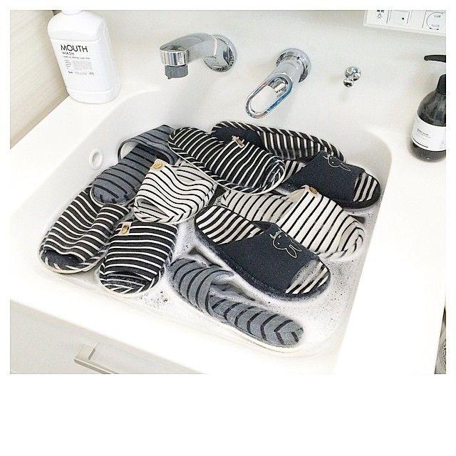 Instagram media by rie1116 - ・ Slippers…  #プレゼント企画 に ご参加ありがとうございます ・ 18時間後に〆切ます よろしくお願いします ・ オキシでスリッパをつけ置き中✨ ・ 毎日履いているとすごい汚れが あっという間に水が茶色に ・ つけてる間 セスキでキッチンの床を拭き拭き✨ ・ 旦那さんから褒められました❤️ ・ 褒めてくれなきゃやる気出ません(๑•́ ₃ •̀๑)w ・ そして今日もビール片手ですw ・ ・ #Slippers#スリッパ#オキシクリーン#oxiclean#clean#Cleanup#掃除#洗濯 #ボーダー#border#Blackandwhite#白黒#白黒病#白黒マニア#白黒界#白黒会#白黒化#monotone#モノトーン#白黒連合 ・