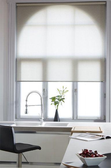 Rustige sfeer in keuken met grijs rolgordijn voor een mooie lichtinval | Vraag gratis kleurstalen aan op de website www.rolgordijnwinkel.nl