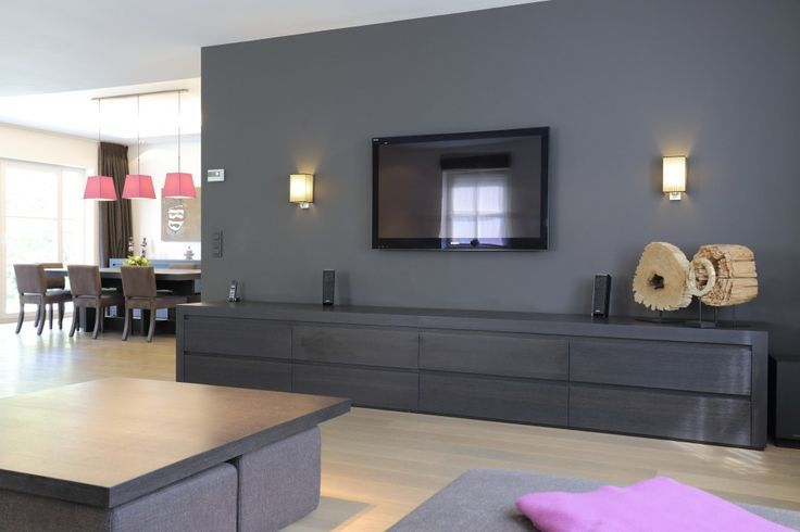 salon avec tele au mur foyer de