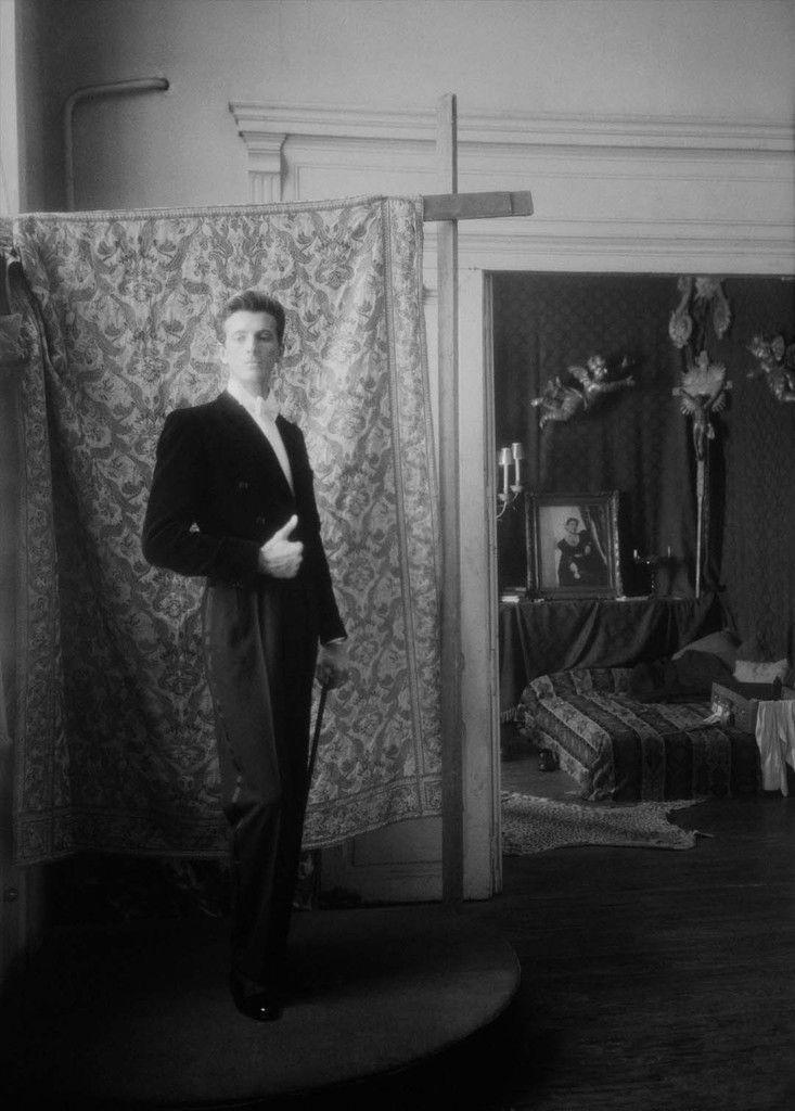 Hubert de Givenchy, couturier français, 1948. © Laure Albin Guillot / Roger-Viollet