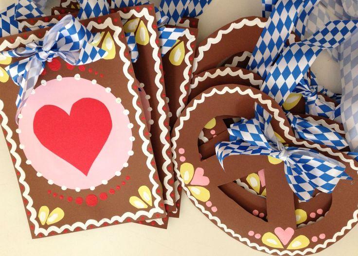 Oktoberfest Deko selbermachen: Brezn und Lebkuchen aus Tonpapier mit weißem Zuckerguss aus Farbe - so wird auch Deine Oktoberfestparty zünftig.