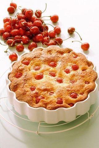Домашняя выпечка: 10 простых пирогов  1. Заливной пирог  Пироги из заливного теста — идеальная выпечка на скорую руку. Замешивать тесто можно на молоке, сметане, простокваше или кефире. Остальные ингредиенты, как правило, неизменны: мука, яйца, разрыхлитель или сода. Жидкое, сметанообразное тесто для заливных пирогов делается примерно так же, как тесто для блинов или оладьев. А начинка может быть любой: яйца и зеленый лук, консервированная сайра, капуста и грибы, и, конечно, фрукты и ягоды…