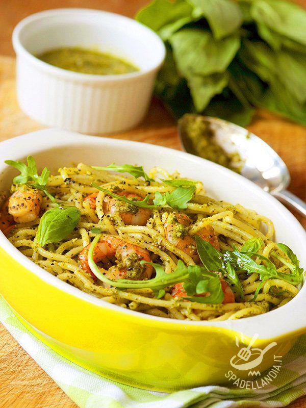 Con gli Spaghetti al pesto e gamberetti portate in tavola un primo completo e gustosissimo. Facile facile, veloce veloce e tutto genuino!