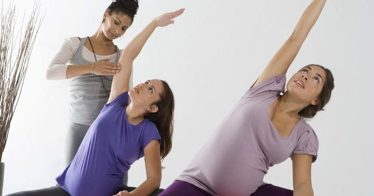 Como usar uma bola de ginástica durante a gravidez e trabalho de parto. Usar uma bola de ginástica durante a gravidez pode ajudar a abrir as articulações e músculos pélvicos em preparação para o parto. Durante o trabalho de parto, sentar-se em uma bola pode relaxar o assoalho pélvico e tornar as contrações menos dolorosas.