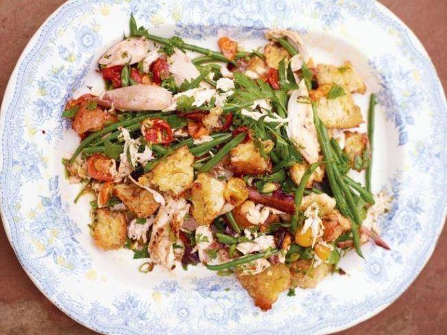 Salata de pui fript, crutoane aurii, fasole verde si rosii dulci