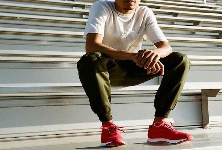 pantalon jogging homme vert kaki baskets rouges haut blanc poche