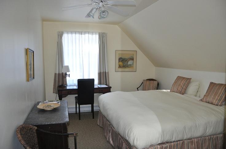 #4 Pavillon Maison canadienne (salon commun avec foyer). Chambre régulière de style champêtre avec 1 lit King ou deux lits simples. Salle de bain complète et vue sur le jardin.