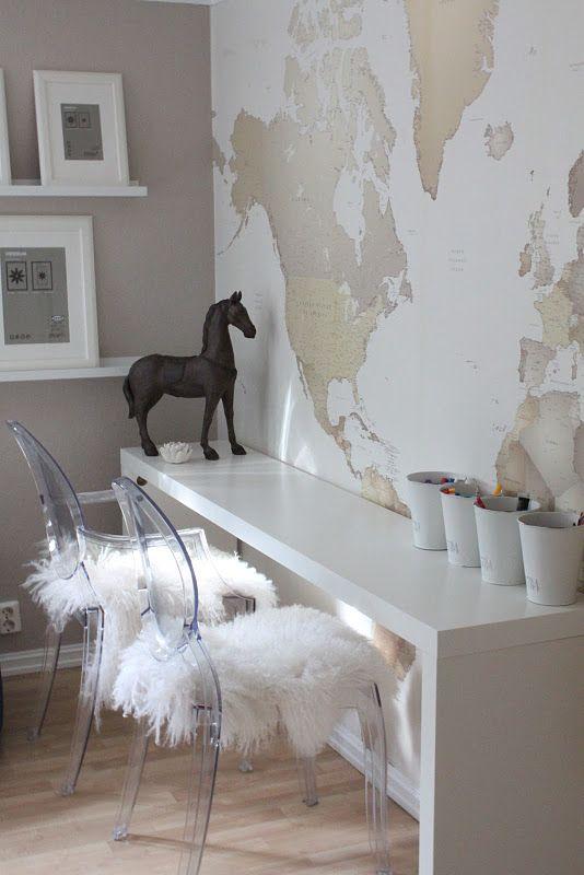 Poner en el cuarto de estudios de los niños: empapelar mapa, estanterías blancas y pupitre corrido con tres sillas. (pueden ser dos como los del cuarto de C.)  Me encanta el caballo y los botes blancos de lápices