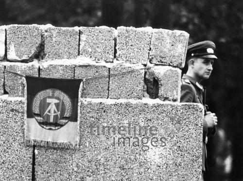 Bau und Ausbau der Berliner Mauer, 1965 Dieter Otto/Timeline Images #1960er #Berlin #Ostberlin #DDR  #GDR #Ostdeutschland #EastGermany #Mauerbau #Hammer #Zirkel #Grenzsoldat #Soldat #NVA #Soldaten #Wache #Grenze #Mauer