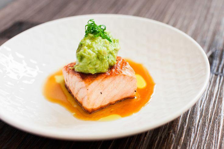 How to Green | Рецепт лосося с толчёным авокадо и васаби